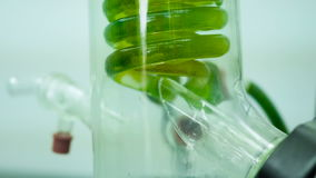 Uma garrafa química para refrigerar video estoque