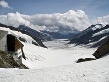 Uma geleira nos cumes Fotos de Stock Royalty Free