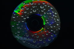 Uma gota da água em um CD Foto de Stock