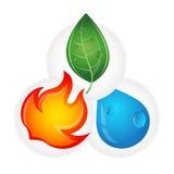 Uma gota da água, o fogo e o eco verde das folhas projetam Imagem de Stock
