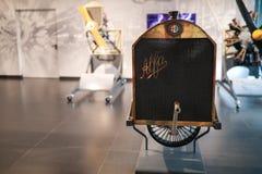 Uma grade de radiador do vintage na exposição no museu histórico Alfa Romeo fotos de stock royalty free