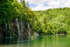 Uma grande cachoeira na máscara que negligencia o resto da reserva natural um grupo bonito para contemplar fotos de stock royalty free
