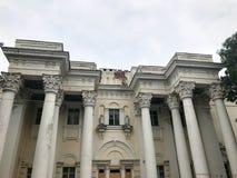 Uma grande construção antiga esplêndido bonita velha branca com as colunas redondas de pedra contra um céu cinzento em um dia neb imagens de stock royalty free