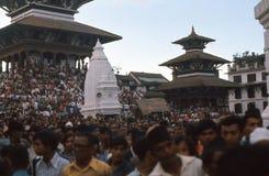 1975. Devotos no quadrado de Durbar, Katmandu. Nepal. Imagem de Stock