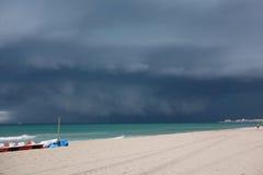 Uma grande nuvem escura sobre o mar Mediterrâneo fotografia de stock