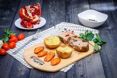Uma grande parte de vida cozida da carne ainda em uma tabela de madeira clara imagens de stock