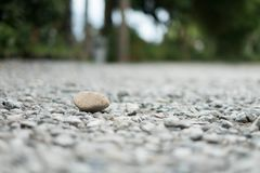 Uma grande pedra colocada em uma rocha pequena na natureza fotografia de stock
