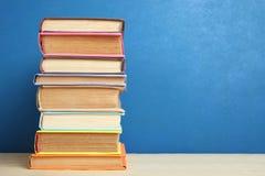 Uma grande pilha de livros Imagens de Stock Royalty Free