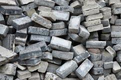 Uma grande pilha de pavimentos desmontados Muitas pedras do quadrado antes da reconstrução do local do pavimento imagem de stock royalty free