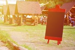 Uma grande placa como um menu para um restaurante ao ar livre em uma área montanhosa Espaço livre para seu texto Imagem de Stock Royalty Free