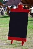 Uma grande placa como um menu para um restaurante ao ar livre em uma área montanhosa Espaço livre para seu texto Fotos de Stock
