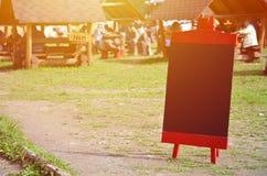 Uma grande placa como um menu para um restaurante ao ar livre em uma área montanhosa Espaço livre para seu texto Fotografia de Stock Royalty Free