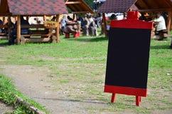 Uma grande placa como um menu para um restaurante ao ar livre em uma área montanhosa Espaço livre para seu texto Imagens de Stock