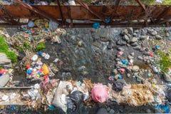 Uma grande quantidade de lixo que polui nossas águas imagem de stock royalty free