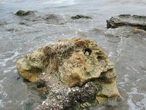 uma grande rocha no mar imagem de stock royalty free