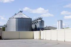 Uma grande torre moderna do elevador da planta para o armazenamento e o processamento de colheitas de gr?o para o gado de aliment imagens de stock royalty free