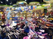 Uma grande variedade de brinquedos na exposição em Toys R Us dentro da galeria do ` s de Robinson na cidade de Quezon fotos de stock