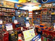Uma grande variedade de brinquedos na exposição em Toys R Us dentro da galeria do ` s de Robinson na cidade de Quezon fotografia de stock