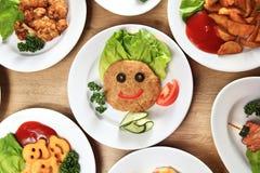 Uma grande variedade de pratos no restaura das crianças imagens de stock royalty free