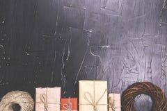 Uma grande variedade de presentes em um fundo textured escuro foto de stock royalty free