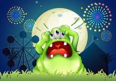 Uma gritaria do monstro na frente do parque de diversões Foto de Stock Royalty Free