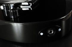 uma guitarra no preto e um jaque para conectar fotos de stock