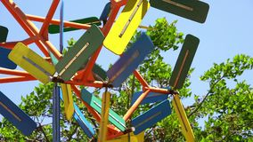 Uma hélice colorida de gerencio no parque filme