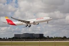 Uma Ibéria Airbus 330-300 que aterram em Miami Fotos de Stock Royalty Free