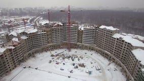 Uma ideia aérea de uma zona enorme da construção civil do inverno video estoque