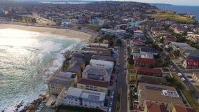 Uma ideia aérea do lado da praia dirige na praia de Bondi filme