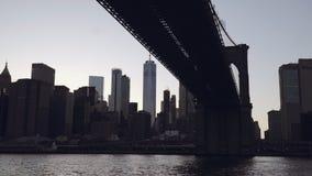 Uma ideia da skyline do Lower Manhattan com o um World Trade Center filmado do barco no East River sob a Brooklyn vídeos de arquivo