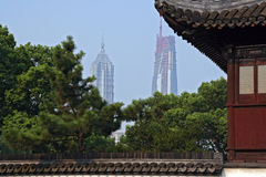 Uma ideia da torre de Jin Mao e do centro financeiro de mundo de Shanghai (em Imagens de Stock
