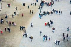 Uma ideia de cima de um quadrado de cidade com muitos povos de passeio Imagens de Stock