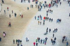 Uma ideia de cima de um quadrado de cidade com muitos povos de passeio Imagem de Stock Royalty Free