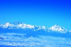 Uma ideia de cordilheiras Himalaias, tomada do plano usando a lente zumbindo Imagem de Stock