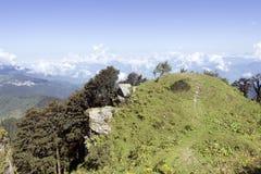 Uma ideia de 180 graus da escala de Sree Khand Mahadev do pico de Hatu de Narkhanda, Himachal Pradesh, Índia fotografia de stock royalty free