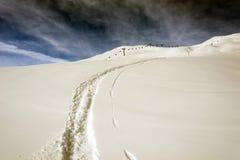 Uma ideia de uma pista do esqui, de uma marca do esqui e de um elevador de esqui nas montanhas bonitas dos cumes em St Moritz swi Foto de Stock Royalty Free
