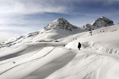 Uma ideia de uma pista e de um recurso do esqui na paisagem e nas montanhas cobertos de neve nos cumes switzerland St Moritz no i imagens de stock
