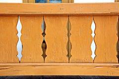Uma ideia do close-up de logs do pinho empilhou horizontalmente e a estrutura de uma árvore cortada com anéis concêntricos fotos de stock royalty free