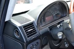 Uma ideia do close-up de uma parte do interior de um carro luxuoso moderno com uma vista do defletor da ventila??o do fog?o para  imagem de stock