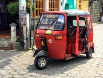 Uma ideia do close up de um tuk do tuk nas ruas de Antígua fotografia de stock royalty free