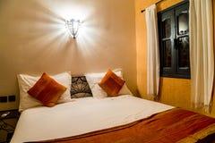 Uma ideia do interior de uma sala oriental típica no hotel Chez le Pacha imagem de stock