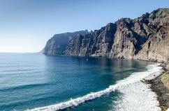 Uma ideia do litoral em Los Gigantes com os penhascos no por do sol, Tenerife, Ilhas Canárias, Espanha imagem de stock