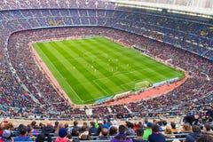 Uma ideia geral do estádio de Camp Nou na harmonia de futebol entre o clube Barcelona e Malaga de Futbol Imagem de Stock Royalty Free
