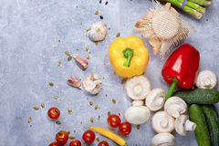Uma ideia superior de vegetais e do tempero coloridos em um fundo de pedra cinzento Uma variedade de ingredientes para a ceia cóp Fotos de Stock
