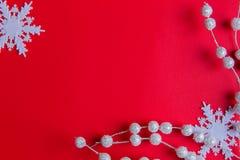 Uma ideia superior do fundo do vermelho do ornamentson do White Christmas imagens de stock