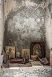Uma igreja abandonada e um altar com ícones e dinheiro pequenos sairam uma igreja cristã e uns ícones preservados Fé no deus Imagem de Stock Royalty Free