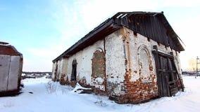 Uma igreja abandonada velha na vila filme