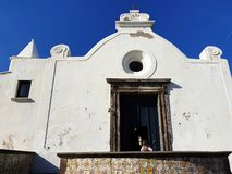 Uma igreja bonita na ilha dos ísquios fotos de stock royalty free