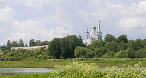 Uma igreja branca bonita em Rússia fotografia de stock